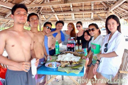 Ze topless boys by the beach, and ze girly girls! We're so ready to eat!
